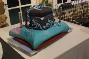 gâteau coeur sur un coussin pour un mariage